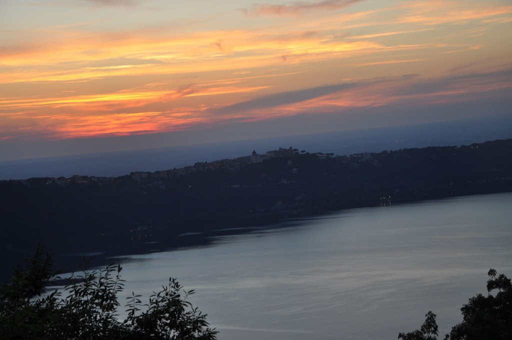 """Il tramonto si consegna alla notte sul Lago di Albano visto dalla casa """"Divino Maestro""""  mentre i """" seminaristi"""" del Fattorello si stanno per consegnare alla ottima cuoca della casa!"""